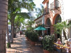 State Street, Santa Barbara, CA. I used to love visiting my parent's best friends and coming down here. Downtown Santa Barbara, Santa Barbara County, Best Places To Live, Places To Travel, State Street, California Dreamin', Oui Oui, Future Travel, Vacation Spots