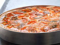 008 - Quiche: Tomate, Tomillo y Ricotta -Ingredientes: 250 gr. de ricotta, 4 huevos, queso parmigiano reggiano rallado, cuatro tomates rama rojos, tomillo (preferiblemente fresco), sal y pimienta. Bate los huevos con la nata, el queso ricotta, unas hojas de tomillo, un poco de pimienta negra y una pizca de sal. Mezcla bien, añade el queso parmigiano, remueve y vierte sobre la masa previamente cocinada. Mete en el horno previamente precalentado durante 30 minutos o hasta que quede dorado. Queso Ricotta, Parmigiano Reggiano, Pasta, Healthy Sides, Empanadas, Quiches, Ratatouille, Foods, Breakfast