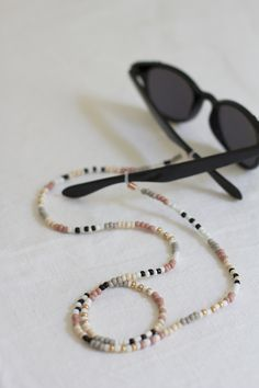 DIY: Glasses strap made of pearls - we love handmade Sunglasses left in the café? Such trouble! This DIY shows you how to design trendy gl Jewelry Model, Cute Jewelry, Diy Jewelry, Handmade Jewelry, Gold Jewelry, Jewelry Necklaces, Bead Jewellery, Beaded Jewelry, Beaded Bracelets