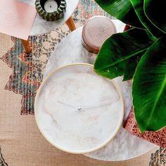 Peach / roze marmer klok van Dutch Sprinkles: stylish, geluidloos en verkrijgbaar in drie verschillende klokrand kleuren. Deze en meer marmerklokken vind je in de webshop!