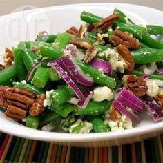 Een zomerse salade met sperziebonen, ui, pecannoten en blauwe kaas. Smaakvol en knapperig!