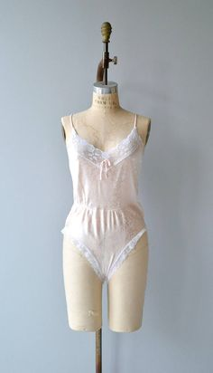 Vintage 1970s pale pink romper with floral design, lace trim around legs and neckline, elasticized waist and snap closure between legs. ✂-----Measurements fits like: small/medium bust: 36 waist: 28-32 length: 28 brand/maker: Elissia condition: excellent to ensure a good fit, please read the sizing guide: http://www.etsy.com/shop/DearGolden/policy ✩ more lingerie | swim ✩ https://www.etsy.com/shop/DearGolden?ref=hdr_shop_menu&...