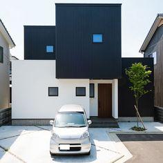 . BOXを積み重ねたような外観。 前後、上下に動きがあるので シンプルになりがちなBOX型に 個性を表せます。 . 白の塗り壁が黒のガルバリウム鋼板と相まって スタイリッシュな雰囲気に。 #外観#ファサード#BOX#ガルバリウム#黒#塗り壁#白#スクエア窓#シンプル#玄関タイル#外構#コンクリート#庭木#自分らしい暮らし #デザイナーズ住宅 #注文住宅新築 #設計士と直接話せる #設計士とつくる家 #コラボハウス #インテリア #愛媛 #香川 #新築 #注文住宅#ykkap#質感