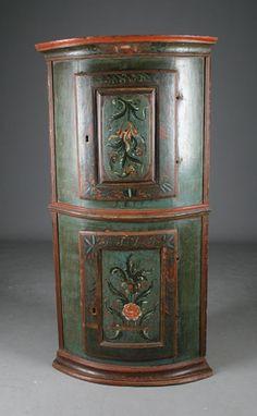 Rosemalt hjørneskap med blågrønn bunnfarge, flere eierinitialer og datering 1813. H: 143 cm. Prisantydning: ( 25000 - 30000) Solgt for: 20000