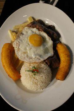 Bisteck a lo pobre Peruvian Dishes, Peruvian Cuisine, Peruvian Recipes, My Favorite Food, Favorite Recipes, Tasty, Yummy Food, Weird Food, Steak Recipes