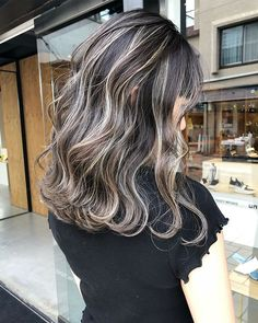 Image may contain: one or more people Hair Color Balayage, Hair Highlights, Medium Hair Styles, Curly Hair Styles, Wavey Hair, Stylish Haircuts, Hair Arrange, Green Hair, Hair Lengths
