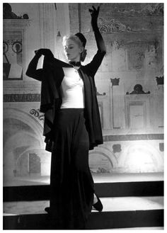 Lisa Fonssagrives in fashion by Bergdorf Goodman, photo by Horst, New York 1939, published in Vogue, Feb. 15, 1940