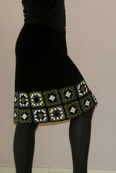 Aunt Sally made a granny square skirt for me, lots of colors and anchored and edged in black, when I was in grade. It was so pretty and fun to wear. Crochet Bodycon Dresses, Black Crochet Dress, Crochet Skirts, Knit Skirt, Love Crochet, Diy Crochet, Crochet Clothes, Crochet Top, Crochet Summer