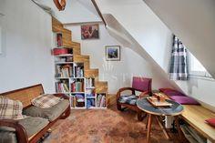 EXCLUSIVITÉ - QUARTIER BONNE-NOUVELLE - Au 6ème étage sans ascenseur d'un magnifique immeuble d'angle du 18ème siècle (1750), un studio atypique de 23.78 m² au sol, de 8.5 m² (loi Carrez) et de 21.2 mètres cubes (studio louable). Ce studio récemment rénové par un architecte comprend une pièce avec un coin séjour, un coin cuisine et salle de bains, un WC séparé, et un coin nuit en mezzanine. Tomettes, poutres apparentes, cinq fenêtres et vasistas, cuisine équipée, baignoire. Rénovation de la…