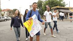 Caminhada pró-Vila Santa Isabel, feita por alunos e professores da EMEF Bartolomeu Lourenço de Gusmão (2015) Foto: Rogério de Moura