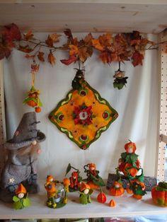 Op de foto hierboven de familie eekhoorn in de boom, een ontwerp van Atelier Grethilde. Op de foto zie je alleen vader Eekhoorn, moeder e... Montessori, Steiner Waldorf, Nature Table, Halloween Festival, Autumn Activities, Fall Decor, Autumn Decorations, Needle Felting, Projects To Try