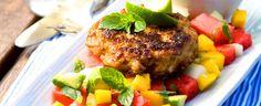 Kyllingburger med tropisk salat er så sommerlig fargefylt og smaksrik at alle blir glade. Kanskje du bør doble oppskriften?