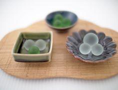 『何に使えばいいの?』</span>なんて野暮なことは聞かないで。。自由に楽しく思いつくままお使い下さい♪- 和色珍味豆皿〜金善窯〜有田焼 Japanese Plates, Japanese Sweet, Ceramics, Dishes, Food, Products, Meal, Eten, Japanese Sweets