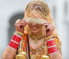 Pinterest: @pawank90 Sikh Bride, Punjabi Bride, Punjabi Wedding, Punjabi Chura, Pakistani Bridal Dresses, Indian Dresses, Indian Outfits, Big Fat Indian Wedding, Indian Bridal