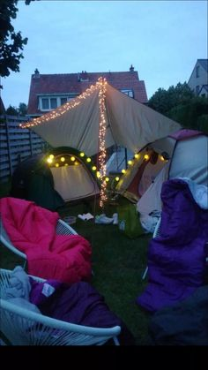 40 inspiring outdoor summer party decorations ideas 25 « Home Decoration Sleepover Room, Fun Sleepover Ideas, Slumber Party Games, Summer Nights, Summer Vibes, Soirée Pyjama Party, Summer Party Decorations, Outdoor Decorations, Balloon Decorations