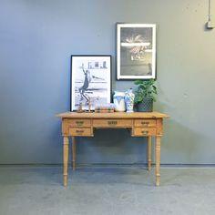 Skrivbord, äldre. Mycket vackert gammalt skrivbord med fint snidade detaljer. Bordet är i avlutad furu. Beslag i patinerad mässing. ~ H:76 B:116 D:72 Ny vecka, Massor av nya grejer! Håll er uppdaterade! #lokalengbg #lokalengbgse #bord