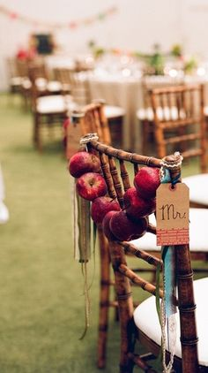 Do not be shy and immerge yourself totally in the autumn wedding theme by going for these original wedding chairs!