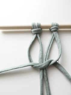 DIY: Make your own macramé tapestry - Stek Woon & Lifestyle Magazine - Step 2 tapestry macrame - Macrame Owl, Hippie Lifestyle, Loom Knitting, Free Pattern, Diys, Create Your Own, Weaving, Tapestry, Magazine