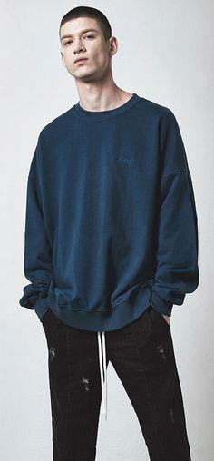 프리미엄 라이트 코튼으로 제작된 오버사이즈 스웨트 셔츠 Model 188cm / 68kg / L size