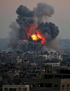 8日、イスラエル軍機の空爆を受け、煙が立ち上るガザ市南部(EPA=時事) ▼9Jul2014時事通信|エルサレムにロケット弾=海からもハマス戦闘員上陸 http://www.jiji.com/jc/zc?k=201407/2014070900084