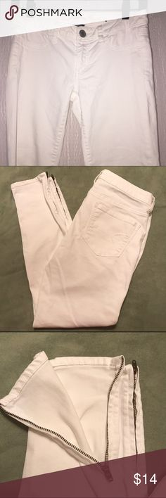 American Eagle white jeggings size 6 White angle jeans with fake front pockets and real back pockets. Zippered ankles. Excellent used condition American Eagle Outfitters Jeans Skinny