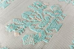 Tappeto realizzato manualmente con la tecnica pibiones punto semipieno caratterizzato dal motivo pavoncelle. Colore ecru e verde acqua. Misure: 151 X 97 cm. Tra