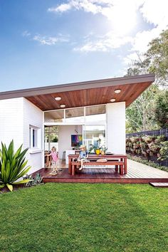 A midcentury weatherboard house was given a retro revamp is part of Mid century exterior - An untouched original with room to grow was the perfect blank canvas to showcase a Melbourne family's passion for retro midcentury modern style Modern Exterior, Exterior Colors, Exterior Design, Earthship, Weatherboard House, Mid Century Exterior, Mid Century House, Mid Century Modern Home, Design Case