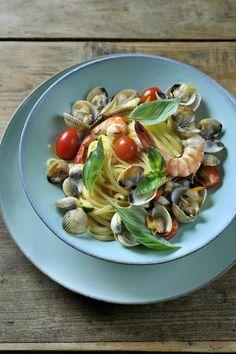 Bereiden:Maak het pastadeeg. Laat het een kwartiertje rusten en rol het vervolgens uit met een deegrol. Zet de venusschelpen onder in water met een flinke snuif zout. Laat even trekken zodat het zand loskomt. Snijd de courgette in blokjes en de kerstomaatjes in twee. Hak de bladpeterselie fijn. Pel de rode gamba's, verwijder het darmkanaal.