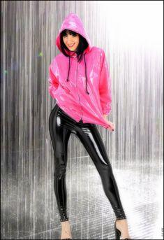 Outfit pink Pvc u like-Regenjacke mit schwarzen Pvc-Leggings Pvc Leggings, Vinyl Leggings, Rain Fashion, Latex Fashion, Mode Latex, Vinyl Clothing, Anorak Jacket, Rain Jacket, Raincoats For Women