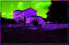 """Xanton-Chassenon - Vendée - Avec les aménagements durant les siècles, puis avec les modernisations et embellissements, il n'est pas toujours facile de voir les fortifications défensives sur une église. Sur cette construction Vendéenne, il faut prendre la loupe et se transformer en Sherlock Holmes pour imaginer ses """"secrets""""."""