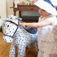 zuckersüsse pferde zum schaukeln für jungen & mädchen von little bird aus england.
