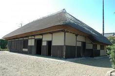 平井家住宅(稲敷市)    寄棟造りの茅葺き屋根が特徴です。  江戸時代の寛文年間(1661年~)に建てられたのではないかといわれている古い民家です。
