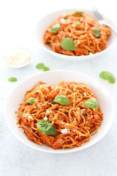 Pasta Pomodoro is a classic pasta dish that is SO easy to make at home! It is a great easy dinner! #pasta #pastapomodoro #dinner #vegetarian #easydinner #easyrecipe