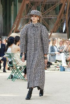 Looks from the Fall-Winter Haute Couture show on the CHANEL official website Chanel Couture, Karl Lagerfeld, Winter 2017, Fall Winter, Tweed, Chanel 2017, Chanel Official Website, Collection Couture, Color Negra