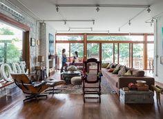 A sala ampla é cercada de verde em plena São Paulo. A cadeira de balanço era da avó de Joana, assim como muitos detalhes presentes na decoração.  (Foto: Lufe Gomes/Life by Lufe)