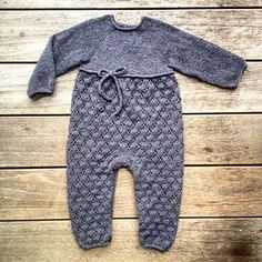 The clover jumpsuit is knitted from the bottom up. It has a pintuck with a drawstring around the waist, which is tied in a bow in the front.