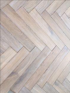 Actie: Geleverd en vol verlijmd geplaatst nu slechts € 109,00 p/m² !!    Visgraat vloer eiken duoplank, 120x600 mm, verouderd, gerookt en wit geolied