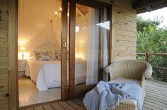 Encanador Bungalow: El espacio más romántico de Casa Suaya.  Afortunadamente hay dos bungalows de este tipo. Sobre el lago artificial, lleno de peces tropicales, está este oasis de 35 mts2. Sentarse en el deck, por la noche a escuchar a los grillos musicalizando el entorno, resulta muy relajante.