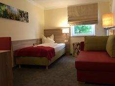 Unsere Einzelzimmer bieten 3-Sterne Komfort und verfügen über Dusche/Bad, WC, Telefon, SAT-TV, Getränke auf den Zimmern, Analog Internet Anschluss und teilweise Terrasse/Balkon und WLAN.