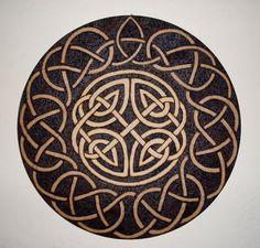 Escudo de mdf pirografado com nós celtas. R$95,50