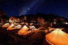 """栃木県茂木町""""ツインリンクもてぎ""""は、自然・モータースポーツ・遊園地などを満喫できる人気のモビリティ―テーマパーク。中でも話題なのがグランピング施設を持つ「森と星空のキャンプヴィレッジ」。テントでありながらホテルのように上質な空間。自然の恵みをダイナミックに味わうバーベキュー。満天の星を仰ぎ、焚火の火を囲みゆっくり語らい、フクロウの声を子守歌に眠る夜。日常では味わえない贅沢な時間を過ごしませんか。"""
