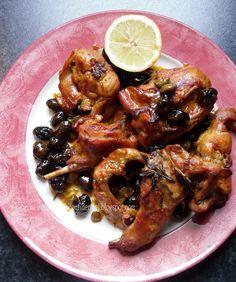 Coniglio all'aceto delicato bianco con olive e capperi