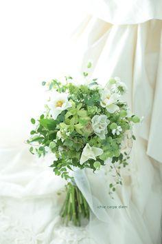 緑を多めに束ねたブーケ、シェ松尾松濤レストラン様へ。 一重のバラの名前はウェディングドレスといいます。 ご家族だけの親密な結婚式。 松濤...