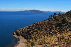Lac Titicaca, Pérou#Le lac Titicaca est le plus haut lac navigable du monde, situé à 3 812 m d'altitude. Titikaka signifie « puma gris » en aymara. D'avril à juin, le climat est agréable, c'est la meilleure période pour apprécier le lac. Selon la mytholgie inca, le lac Titicaca serait la matrice d'où serait sorti le monde. Il existe environ une quarantaine d'îles flottantes, faites de roseau, sur lesquelles vivent quelque 2 000 habitants.#http://urlz.fr/3hLO#findpik.com