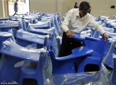 El Ministerio de Educación del Ecuador viene distribuyendo pupitres de plástico a las escuelas. Foto: El Universo.