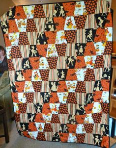 This Halloween inspired tumbler quilt is super cute! Halloween Quilts, Halloween Quilt Patterns, Halloween Items, Halloween Sewing Projects, Halloween Fabric, Fall Quilts, Scrappy Quilts, Patch Quilt, Applique Quilts