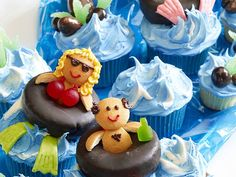How unbelievably cute are these pool party cupcakes? LOVE the people in the chocolate donut innertubes!