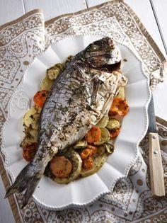 Τσιπούρες στο φούρνο με λαχανικά και μυρωδικά - www.olivemagazine.gr Greek Fish Recipe, Greek Recipes, Fish Recipes, Food Network Recipes, Cooking Recipes, Healthy Recipes, Healthy Food, Seafood Dishes, Fish And Seafood