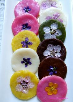 Edible flowers - 화전 Hwajeon, Korean rice cakes with edible flowers http://m.blog.daum.net/_blog/_m/articleView.do?blogid=03Vn2&articleno=15250372