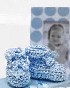 Quick and easy baby booties - perfect for last minute baby shower gifts! Shown in Bernat Baby Coordinates